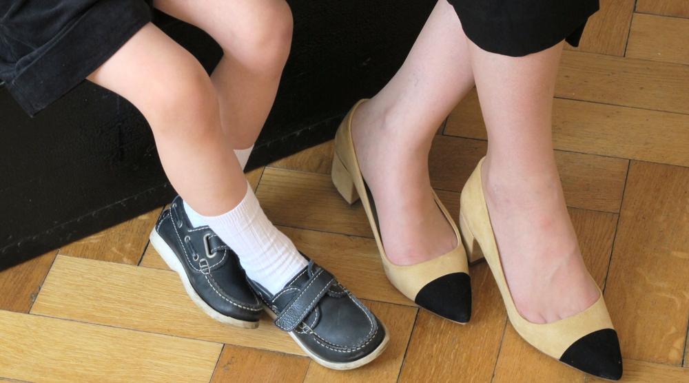 Mutter und Sohn mit schoenen Schuhen